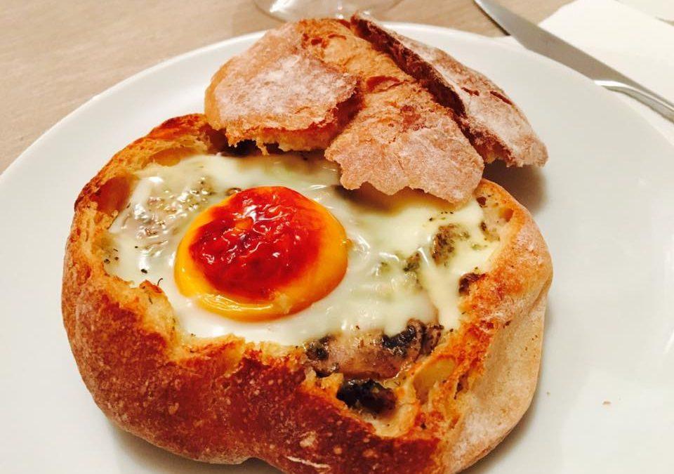 Pão recheado com ovo, queijo e cogumelos